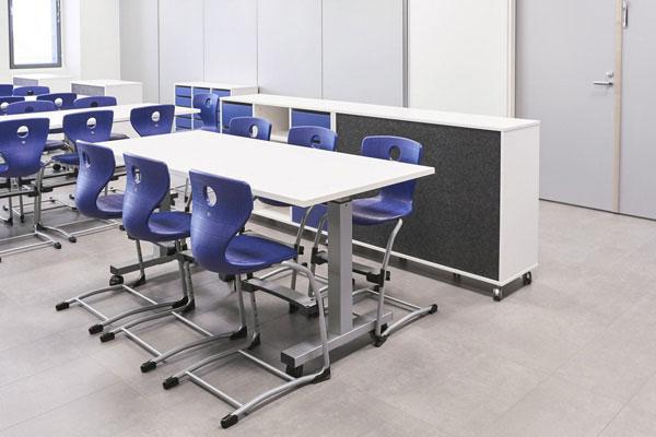Oppilastuoleja ja pöytä